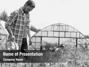 Photo black white farmer watering
